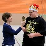 der Trainer wird mit Pokal und Krone ausgezeichnet